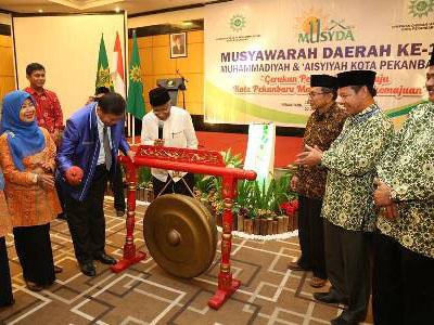 Wali kota Pekanbaru memukul gong tanda dimulainya Musda Muahmmadiyah Pekanbaru.